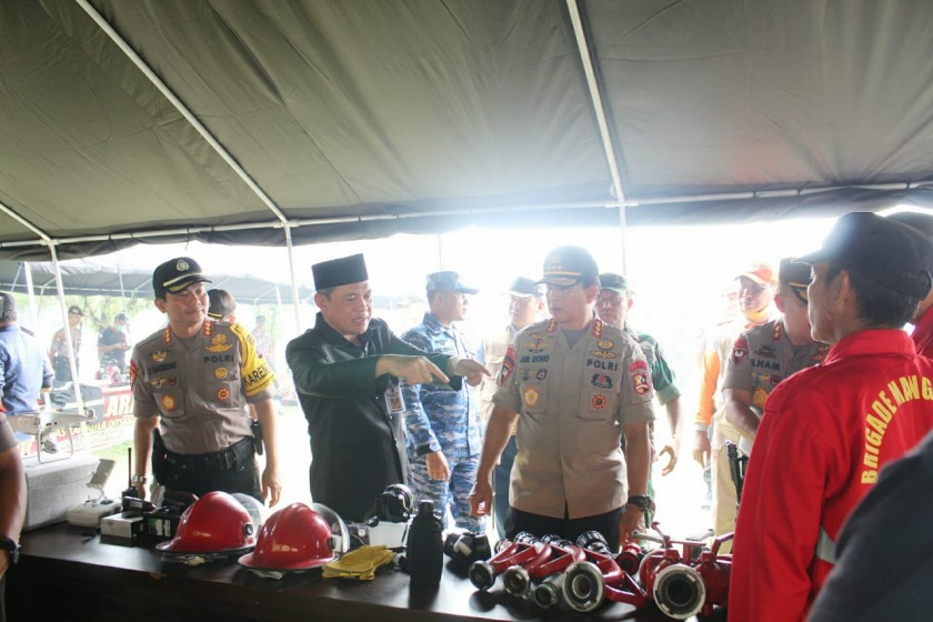 Sekda Kalteng Fahrizal Fitri dan Wakapolri Komjen Pol. Ari Dono Sukmanto saat meninjau sarana prasarana penanggulangan karhutla Selasa (13/8/2019).