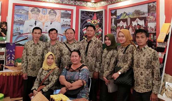 Camat Murung Banjang Jalin saat poto bersama stafnya belum lama ini.