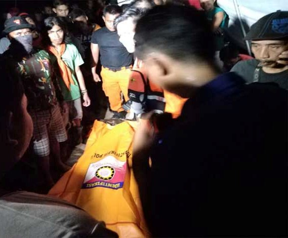 IST-Jasad korban saat dievakuasi warga dan tim sar seusai ditemukan Senin (12/8) malam ini.