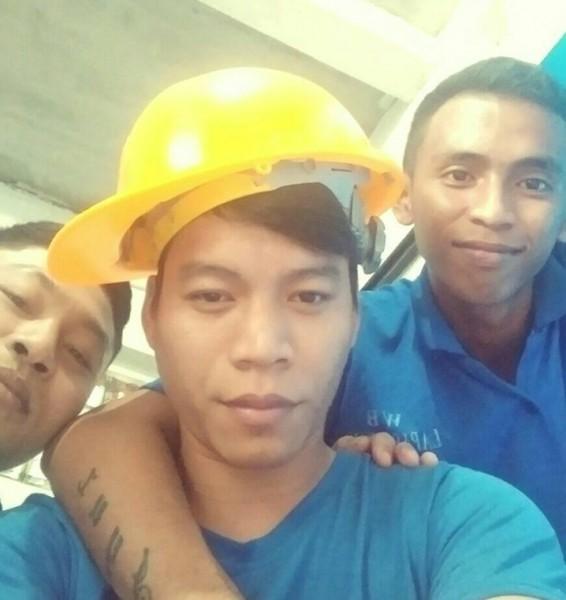 Yustus bersama dua temannya saat mengunggah poto di medsos akun facebook miliknya.
