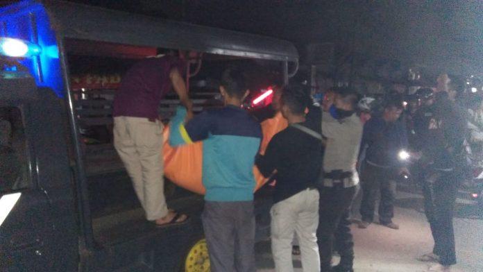 Anggota kepolisian saat mengevakuasi jasad korban Minggu (11/8/2019) dini hari.