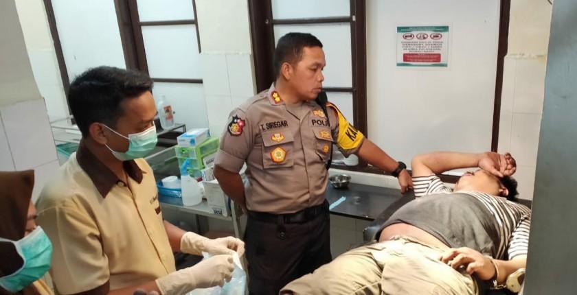 Kapolres Palangka Raya AKBP Timbul RK Siregar saat memintai keterangan pelaku yang dirawat usai ditangkap dengan cara didor Jumat (16/8).