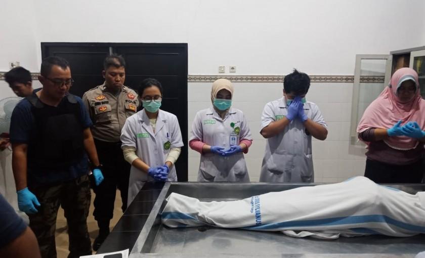 Jasad korban saat dievakuasi ke RSUD Doris Sylvanus Palangka Raya Sabtu (25/8/2019).