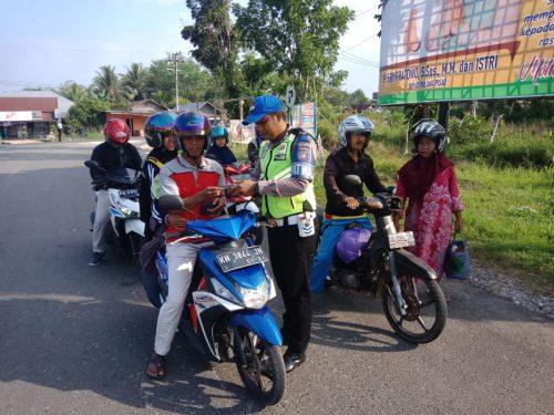 Anggota Satlantas Polres Pulpis saat memeriksa kelengkapan surat kendaraan ketika menggelar operasi patuh Jumat (30/8/2019).
