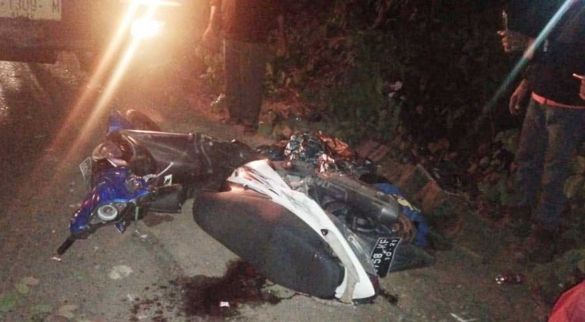 Korban beserta sepeda motor saat tergeletak di lokasi kejadian.