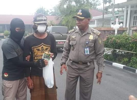 Pelaku saat diamankan anggota Satpol PP Kota Palangka Raya Selasa (13/8/2019).