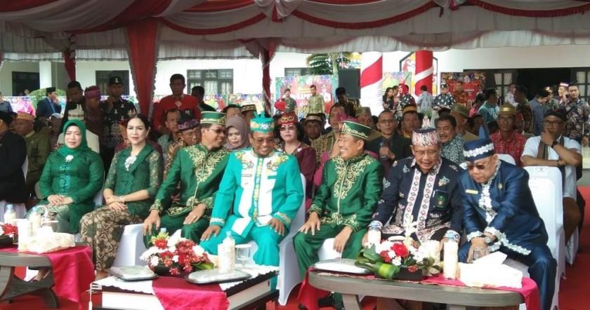 Wakil Gubernur Kalteng Habib Said Ismail  tampak akrab bersama Bupati Perdie M Yoseph dan Wakil Bupati Rejikinoor di Upacara HUT Mura ke 17, Kamis (1/8).