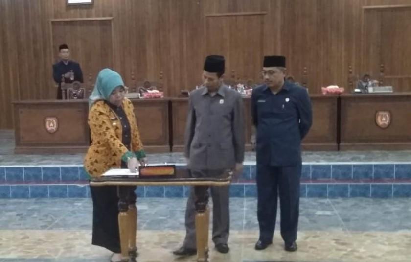 Bupati Kobar Hj Nurhidayah dan Ketua DPRD Kobar Triyanto serta Wakil Ketua I DPRD Kobar Rusdi Gozali saat menghadiri Rapat Paripurna di Aula DPRD Kobar Kamis (1/8/2019).