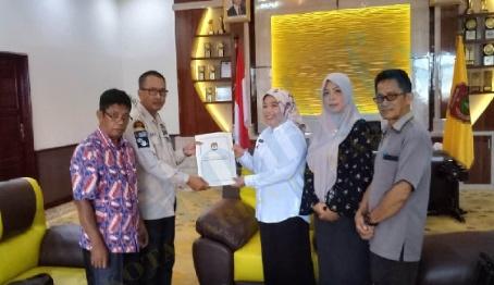 Ketua KPU Kobar Chaidir dan komisioner lainnya saat menyerahkan berkas penetapan caleg terpilih ke Bupati Kobar Kamis (1/8/2019).