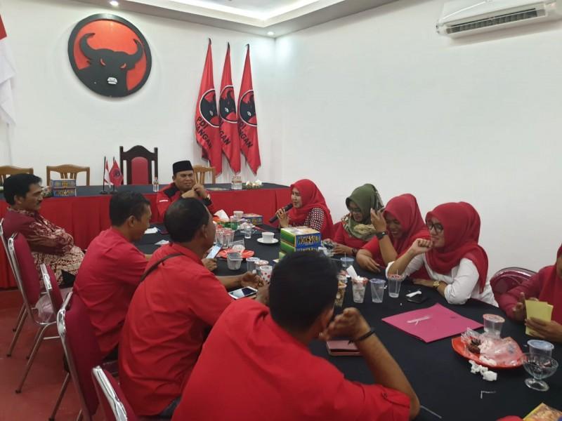 Ketua DPC PDIP Kobar Ahmadi Riansyah saat memimpin rapat intern membahas usulan tiga nama untuk menjadi unsur pimpinan dewan di DPRD Kobar, Kamis (1/8).