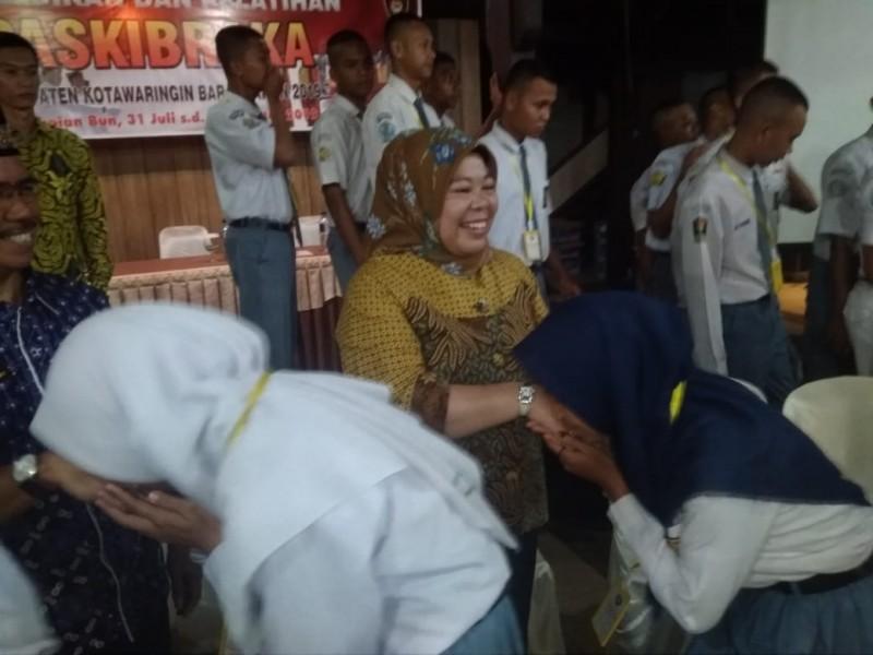Puluhan siswa siswi paskibraka saat bersalaman dengan Bupati Kobar Hj Nurhidayah seusai acara pembekalan, Kamis (1/8) malam.