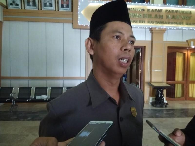 Ketua DPRD Kobar Triyanto saat memberikan keterangan kepada awak media, Jumat (2/8/2019).