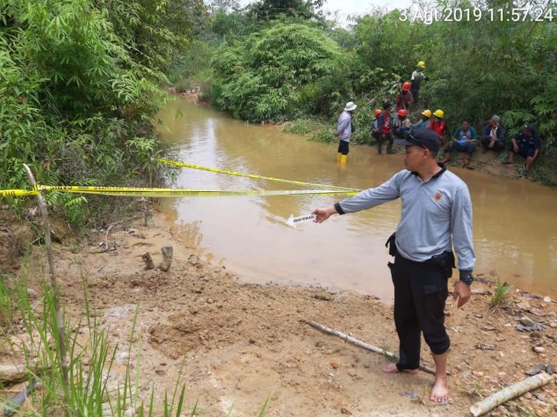 Anggota Polsek Kahut saat melakukan olah TKP di ,lokasi ditemukan jasad korban Sabtu (3/8/2019).