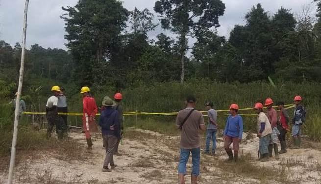 Anggota Polsek Kahut dan karyawan PT KAP saat berada di lokasi Sabtu (4/8/2019).