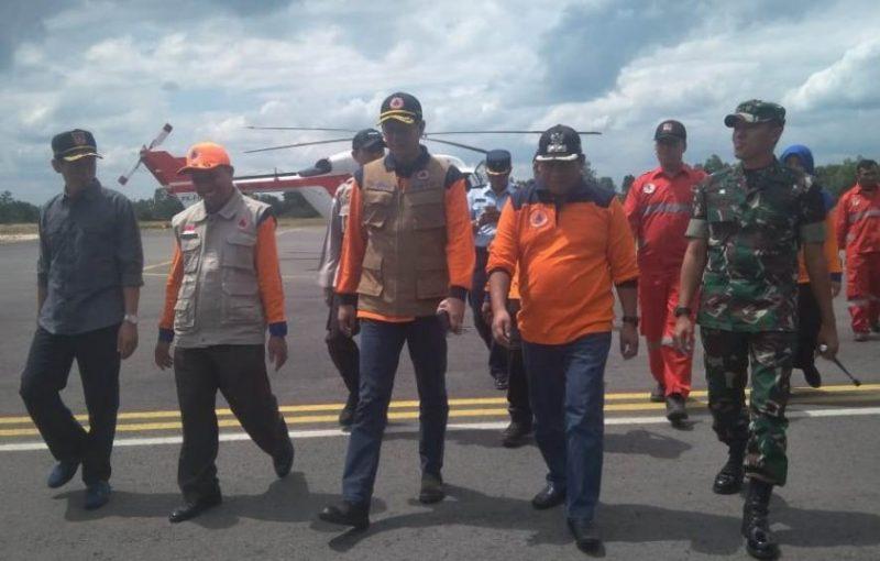 Kepala BPBD Pusat Letjen Doni Monado saat disambut Wabup Kobar Ahmadi Riansyah bersama sejumlah pejabat lainnya di Bandara Iskandar Pangkalan Bun, Minggu (4/8/2019).