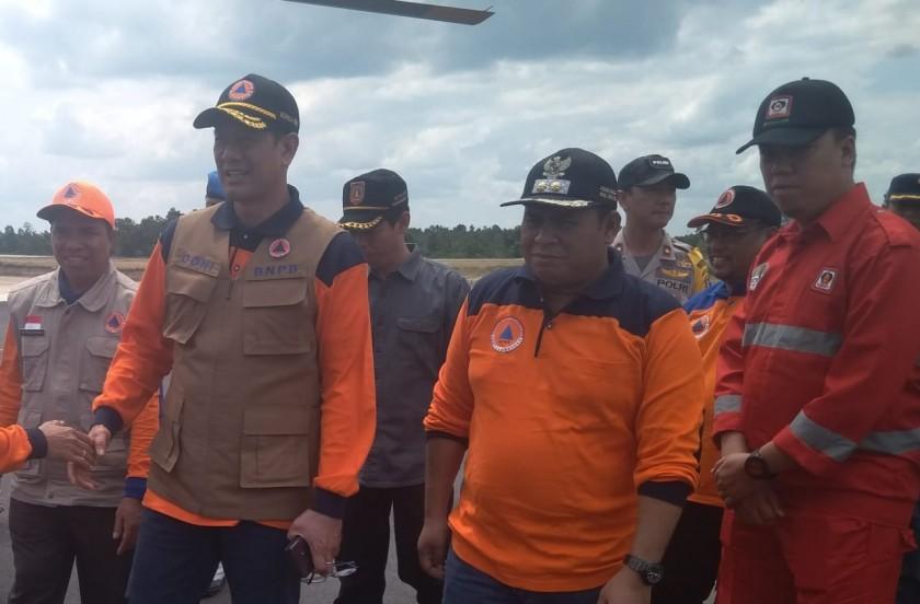 Wabup Kobar Ahmadi Riansyah saat menyambut kedatangan Kepala BNPB Letjen Doni Monado di Bandara Iskandar Minggu (4/8/2019).