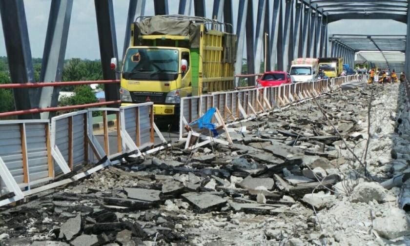 Jembatan Pulau Telo saat diperbaiki akibat kerusakan. Kondisi ini membuat distribusi pangan terkendala, tidak bisa full diangkut melintasi jembatan.
