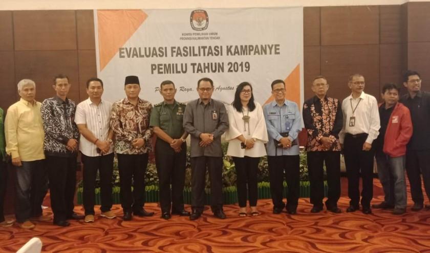 Ketua KPU Kalteng Harmain bersama komisioner lainnya saat poto bersama sejumlah undangan yang hadir Rabu (7/8/2019).