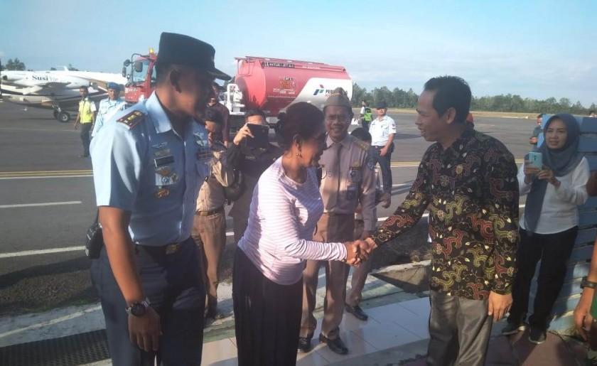 Ketua DPRD Kobar Triyanto saat menyambut kedatangan Menteri Kelautan dan Perikanan RI Susi Pudjiasturi di Bandara Iskandar Rabu (7/8/2019).