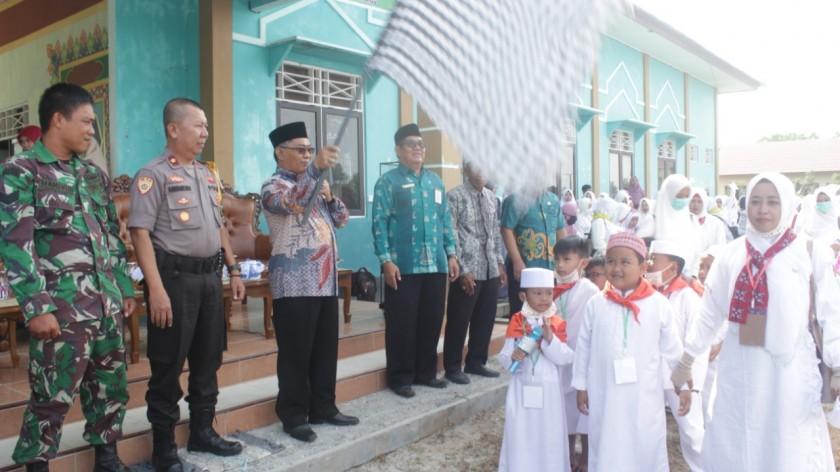 Asisten II Setda Katingan Ahmad Rubama saat melepas peserat manasik haji di halaman LPTQ Katingan, Kamis (8/8/2019).