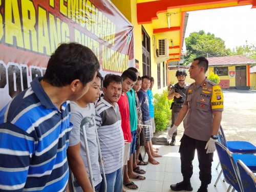 Wakapolres Kobar Kompol Rohman Yongky saat mengintrogasi para tersangka di Mapolres Kobar Jumat (9/8/2019).