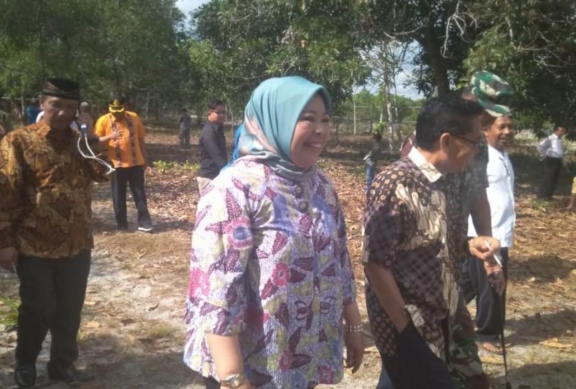 Bupati Kobar Hj Nurhidayah seusai menyerahkan hewan kurban, Sabtu (10/8/2019).