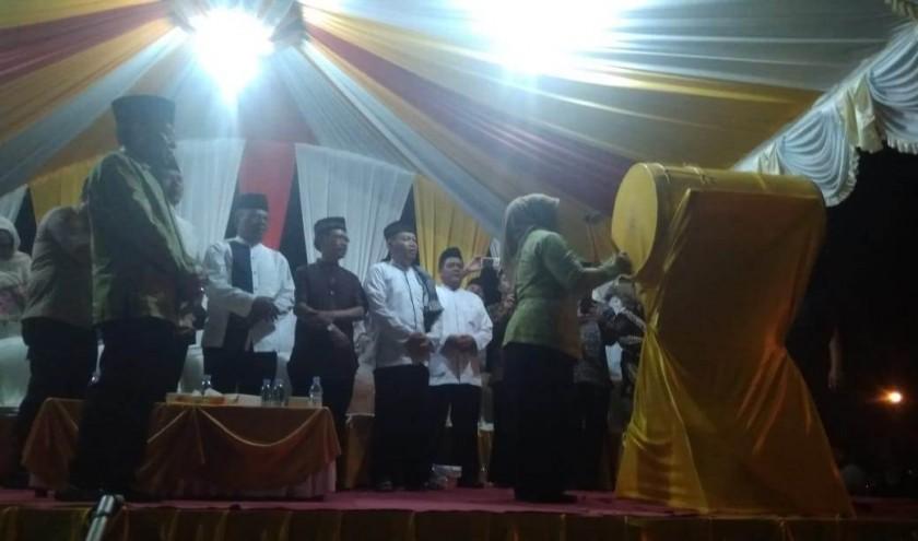 Bupati Kobar Hj Nurhidayah saat memukul gong tanda dimulainya takbir menyambut Idul Adha di Bundaran Pancasila Sabtu (10/8) malam.