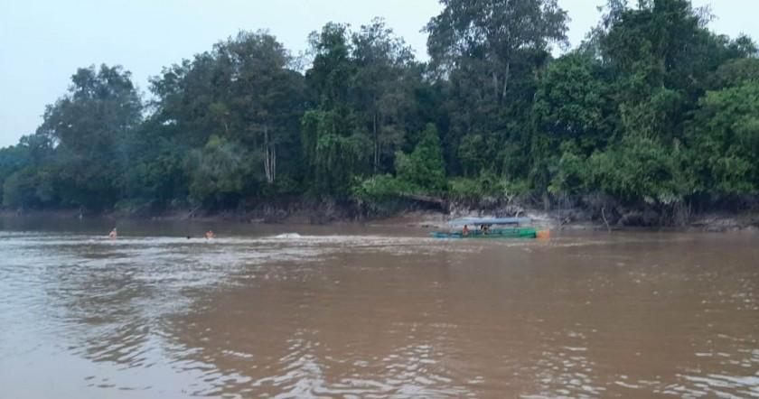Warga dan tim sar saat melakukan pencarian di lokasi korban tenggelam Senin (12/8/2019).