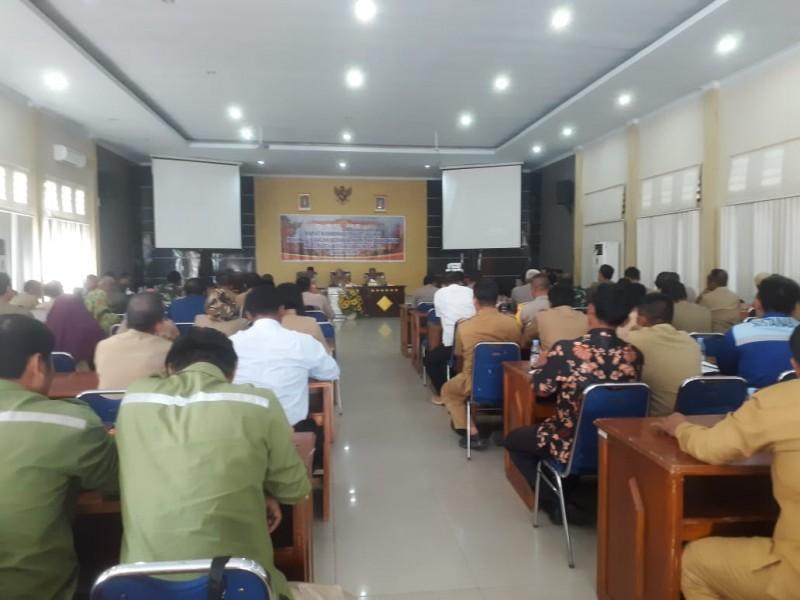 Bupati Kobar Hj Nurhidayah saat memimpin rakor evaluasi penanggulangan karhutla di Aula Bappeda Kobar Selasa (13/8/2019).