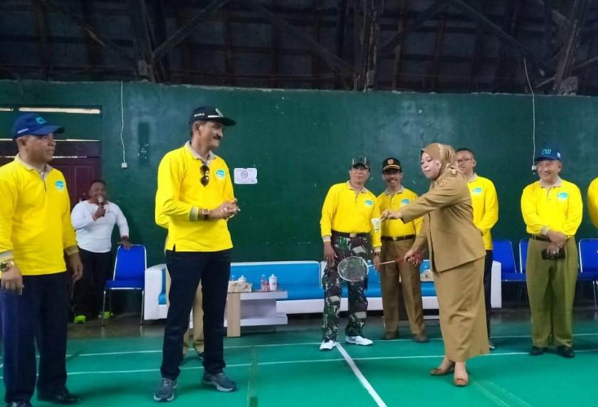 Bupati Kobar Hj Nurhidayah saat memukul bola bulutangkis tanda dibukanya turnamen tersebut Selasa (13/8/2019).