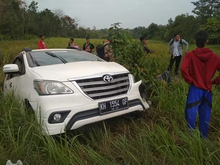 Mobil saat nyungsep ke semak seusai mengalami lakalantas, sementara sepeda motor masih terlindas dibawa ban belakang mobil. Beruntung semua korban selamat, Rabu (14/8/2019).