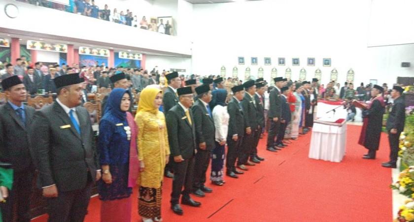 Wakil Ketua Pengadilan Negeri Palangka Raya, Mahfudin saat mengambil sumpah jabatan 30 anggota DPRD Kota Palangka Raya di Aula DPRD setempat Rabu (14/8/2019).