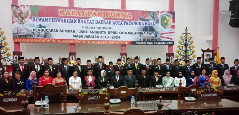 30 anggota DPRD Kota Palangka Raya terpilih saat poto bersama Sekda Kalteng Fahrizal Fitri, Wali Kota Fairid dan Wakil Wali Kota Umi Mastikah seusai pelantikan Rabu (14/8/2019).