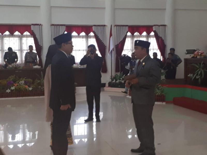 Dua unsur pimpinan sementara saat melakukan prosesi penyerahan palu seusai pelantikan Rabu (14/8/2019).