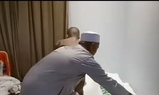 Salah seorang jemmaah saat menutupi jenazah almarhum Sahrum yang meninggal di kamar hotel Arab Saudi akibat penyakit asma kambuh Rabu (14/8/2019).