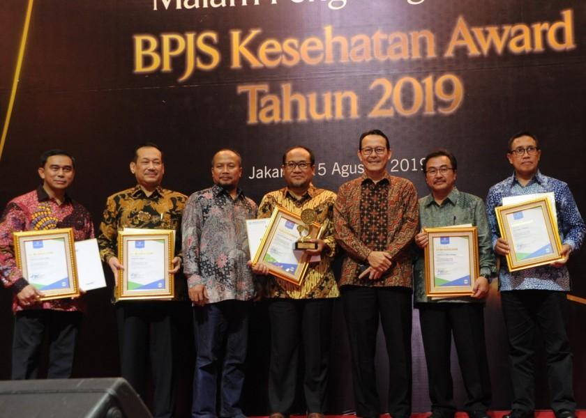 Dirut BPJS Kesehatan saat poto bersama para peraih award Kamis (15/8/2019).