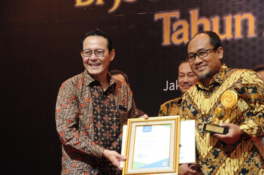 Dirut BPJS kesehatan saat menyerahkan penghargaan kesalah satu pemenang Kamis (15/8/2019).