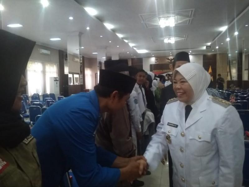 Bupati Kobar Hj Nurhidayah saat bersalaman dengan salah seorang warga seusai memperingati HUT RI Sabtu (17/8/2019).