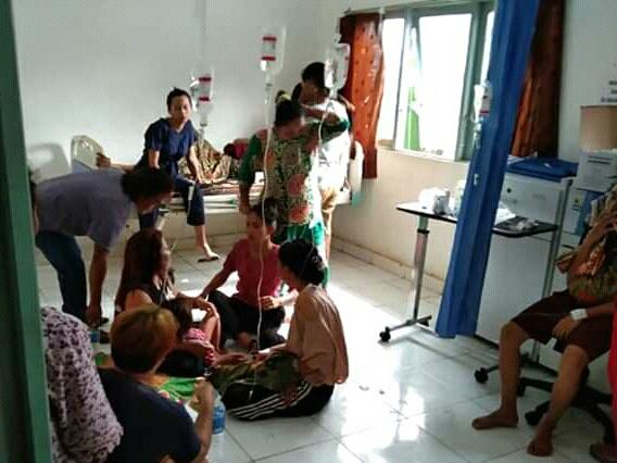 Para korban keracunan massal saat mendapat perawatan di Puskesmas Dadahup Minggu (18/8/2019).