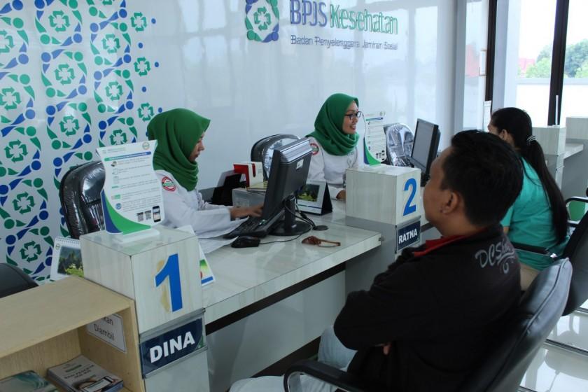 Petugas BPJS Kesehatan saat melayani peserta JKN-KIS.