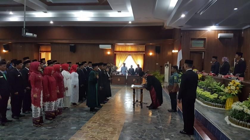 Ketua PN Pangkalan Bun Heru Karyono saat melantik 30 orang anggota DPRD Kobar Terpilih di Aula DPRD Kobar Senin (19/8/2019).