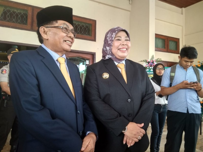 Bupati Kobar Hj Nurhidayah didampingi suami HM Ruslan seusai menghadiri pelantikan 30 Anggota DPRD Kobar Senin (19/8/2019).