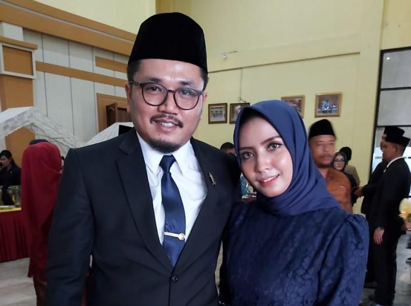 Anggota DPRD Kobar Sudrajat Akbar bersama istrinya seusai dilantik Senin (19/8/2019).