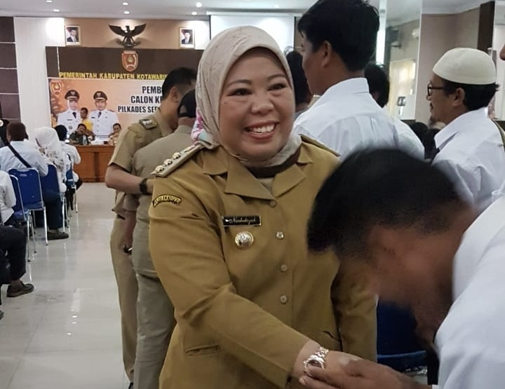 Bupati Kobar Hj Nurhidayah saat bersalaman dengan para calon kades seusai membuka kegiatan pembekalan di Aula Pemkab Kobar Selasa (20/8/2019).