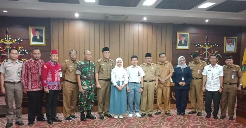 Sekda Kalteng Fahrizal Fitri bersama dua siswa-siswi penemu kasiat akar Bajakah, poto bersama dengan sejumlah pejabat lainnya, Selasa (20/8/2019).