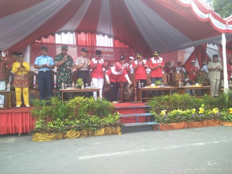 Bupati Kobar Hj Nurhidayah saat memukul gong tanda dibukanya pawasi Festival Merah Putih Rabu (21/8/2019).