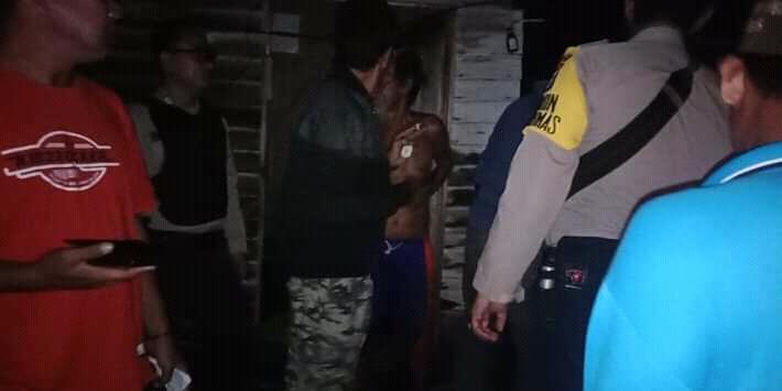 Petugas kepolisian dan warga saat mengecek rumah yang terkena terjangan puting beliung Selasa (20/8/2019).