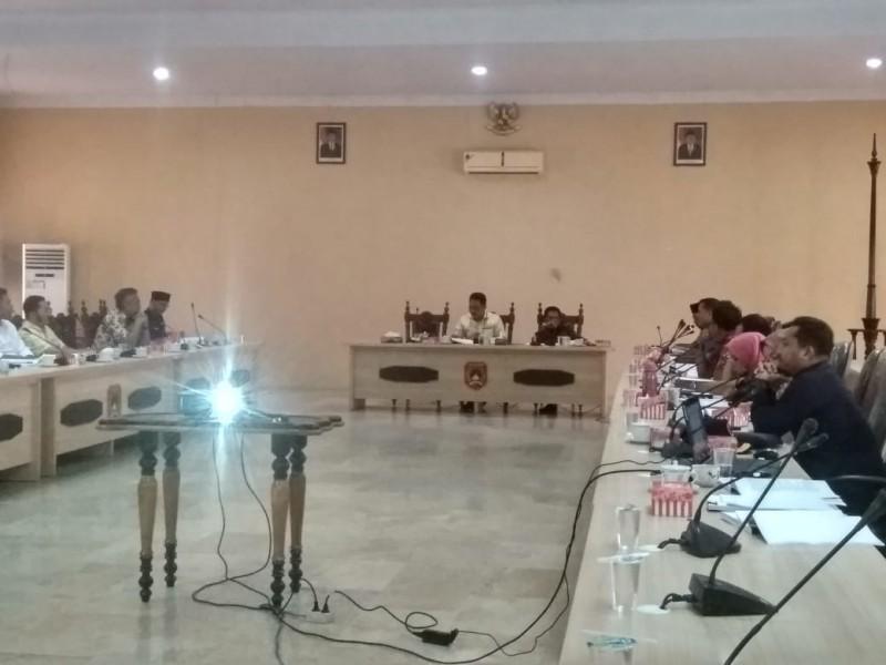 Ketua DPRD Sementara Rusdi Gozali saat memimpin rapat terkait penetapan agenda kerja dewan Kamis (22/8/2019).