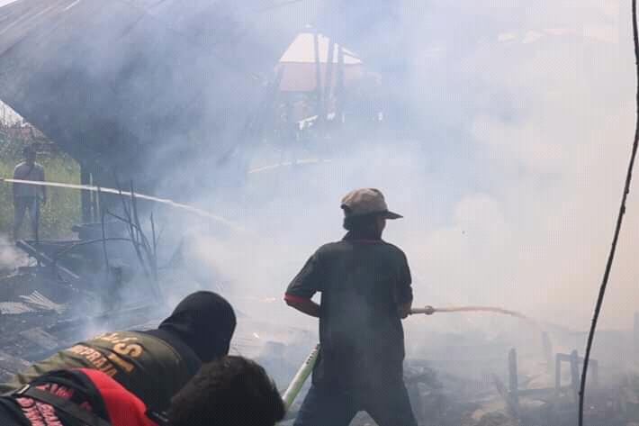 Petugas pemadam kebakaran saat memadamkan api di lokasi kejadian Kamis (22/8/2019).