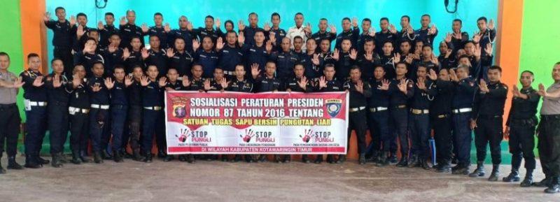 Puluhan Satpam PT WNL bersama anggota Satbinmas Polres Kotim saat poto bersama sambil memajang spanduk sosialisasi Perpres No 87, seusai kegiatan Kamis (23/8/2019).